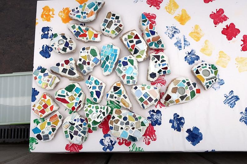 Unsere Drittklässler hatten für die Viertklässler zum Andenken 'Mosaik-Steine' hergestellt.