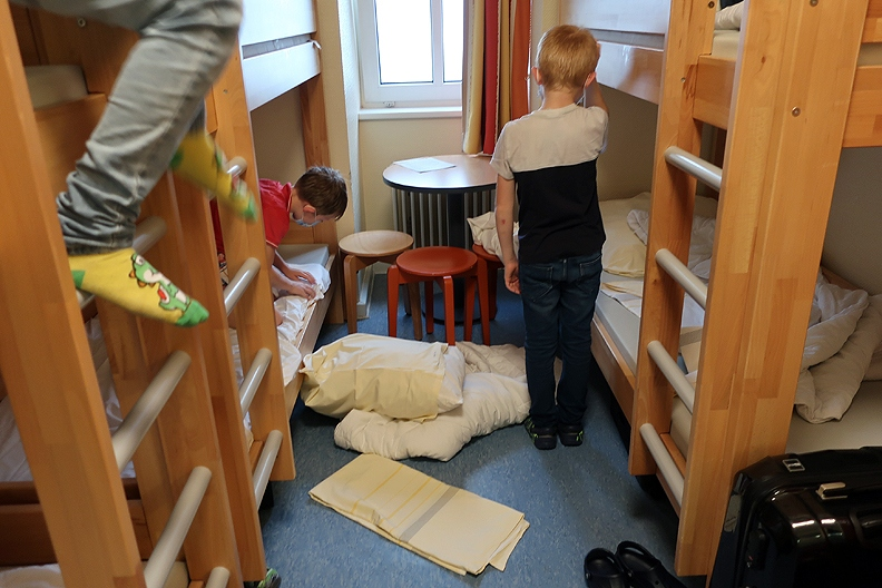 Zuerst mussten wir unsere Betten beziehen - einige haben gemerkt, dass sie das noch etwas üben müssen!