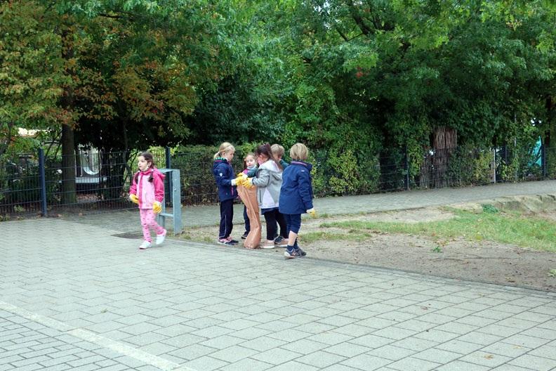 Kinder der ersten Klassen säubern unseren Schulhof, ...