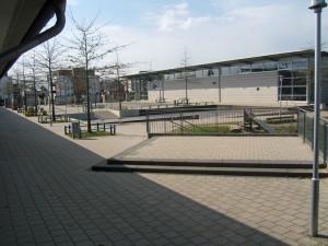 Schulhof mit Turnhall
